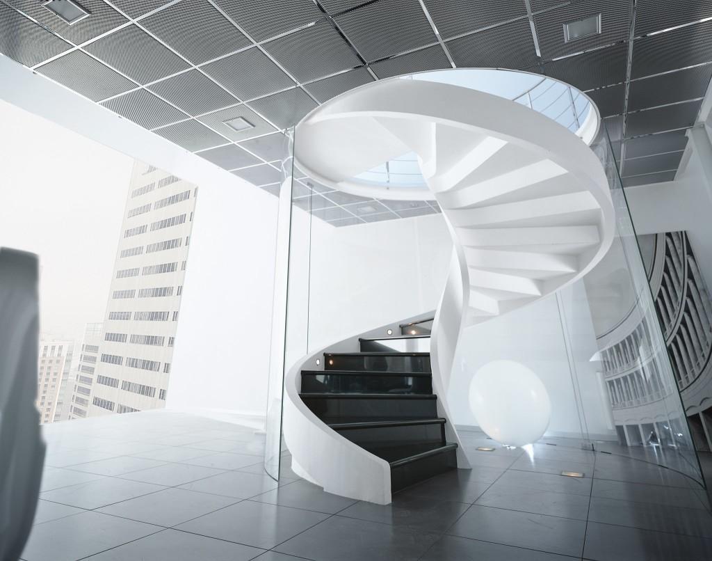 Черно-белая стильная винтовая лестница