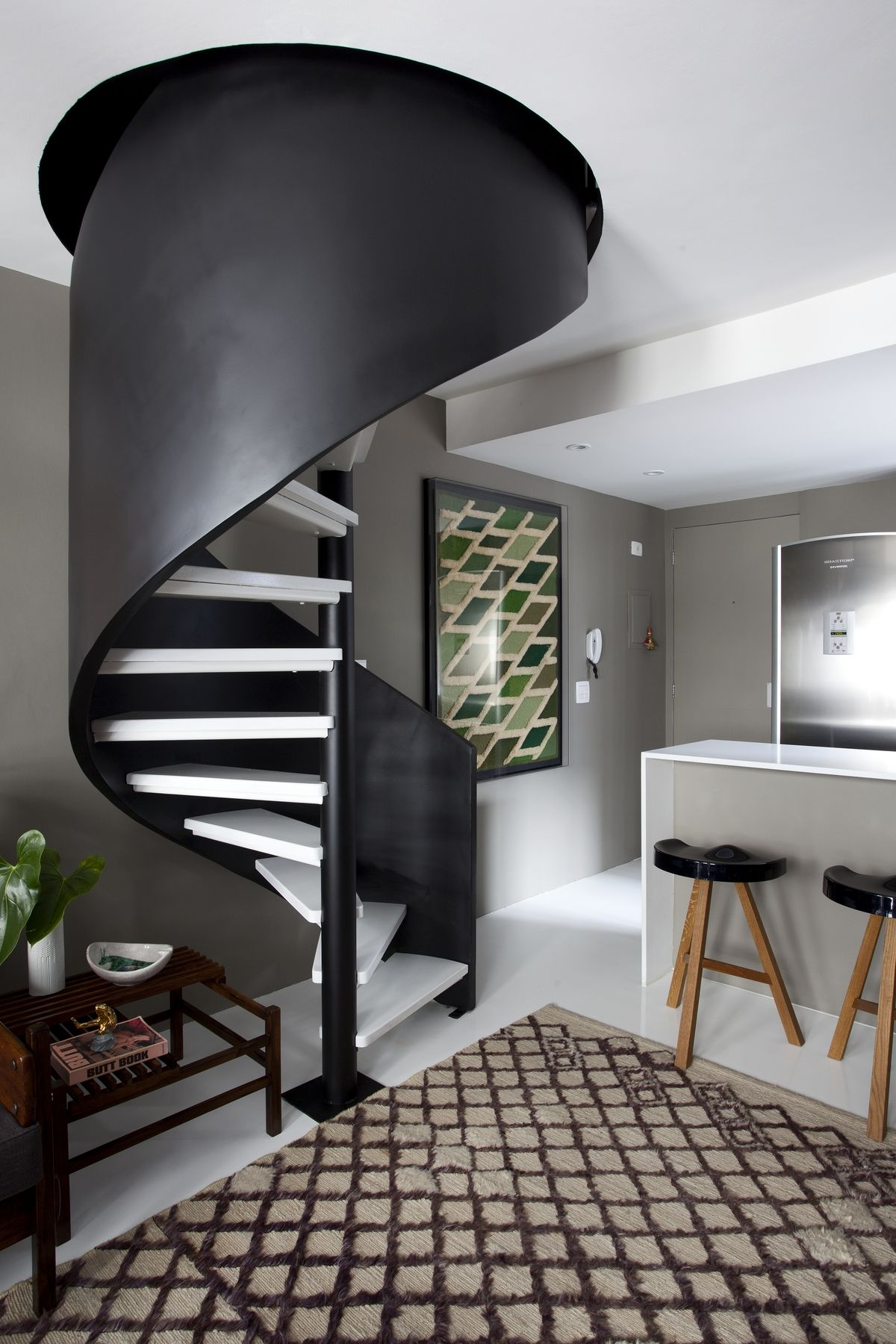 Черно-белая винтовая лестница на кухне