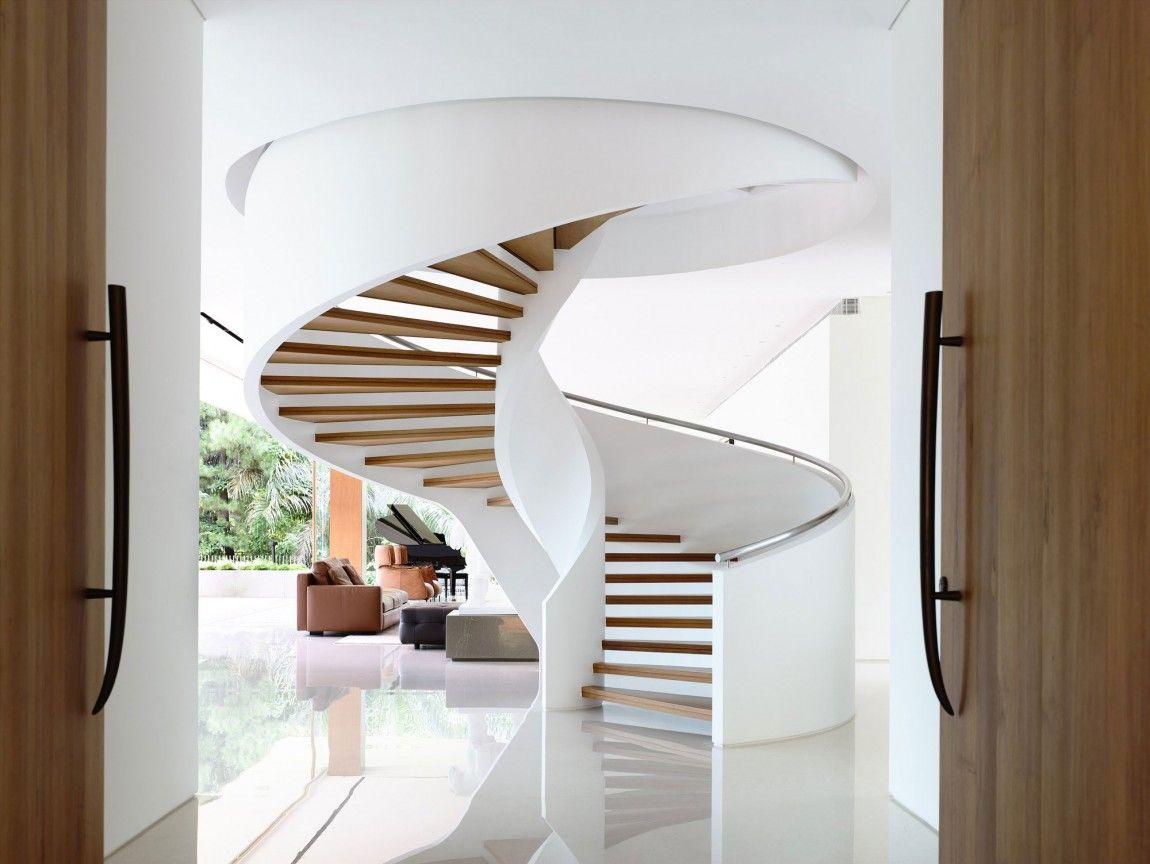 Бело-коричневая винтовая лестница из бетона, дерева и металла