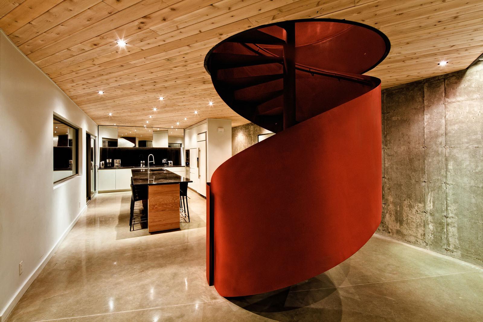 Красная винтовая лестница в интерьере