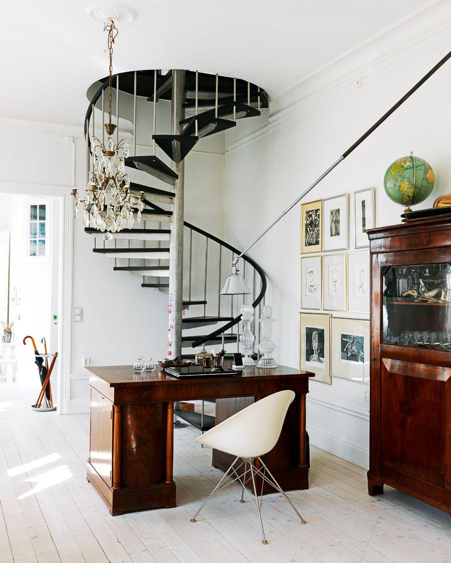 Черно-белая винтовая лестница в кабинете