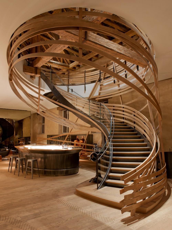 Оригинальная винтовая лестница из дерева, стекла и металла