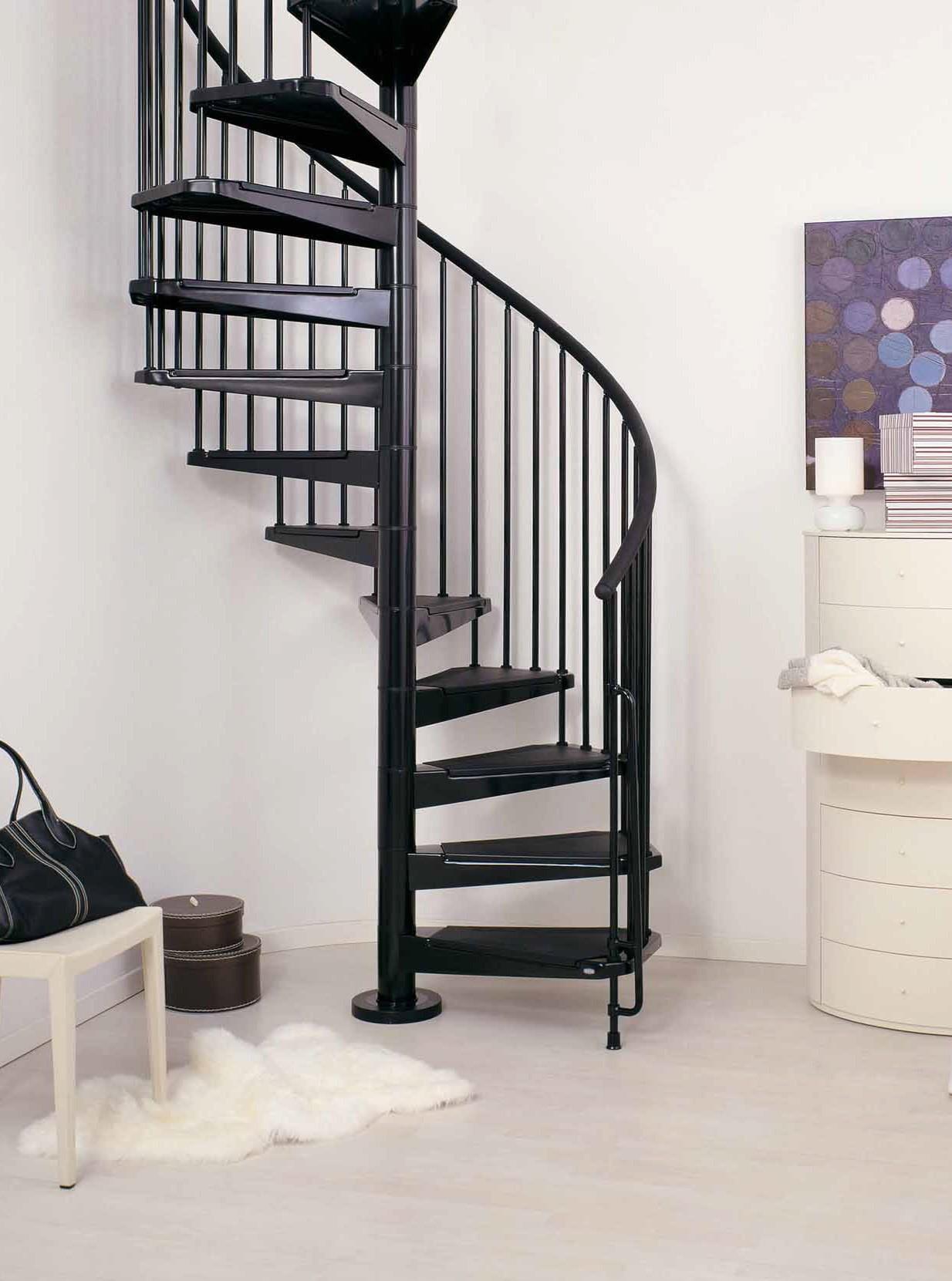 Черная металлическая винтовая лестница