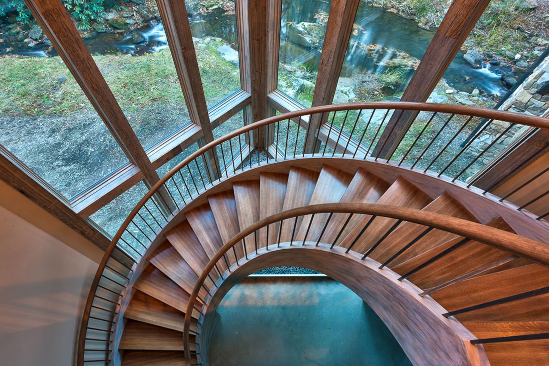 Красивый вид с винтовой лестницы в доме