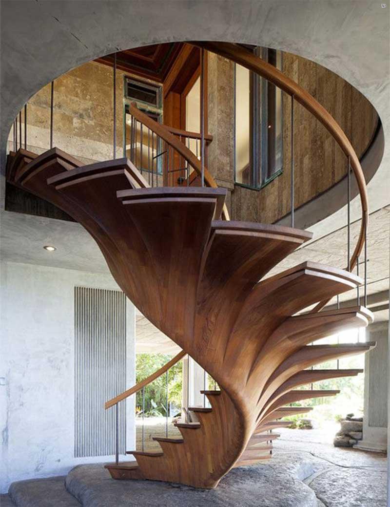Оригинальная деревянная винтовая лестница