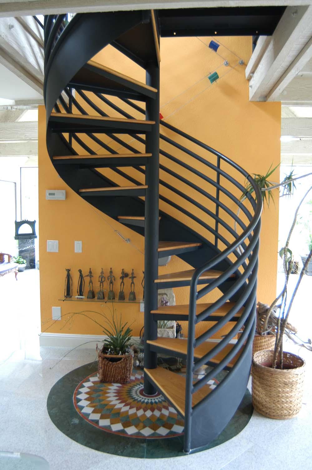 Коричнево-черная винтовая лестница