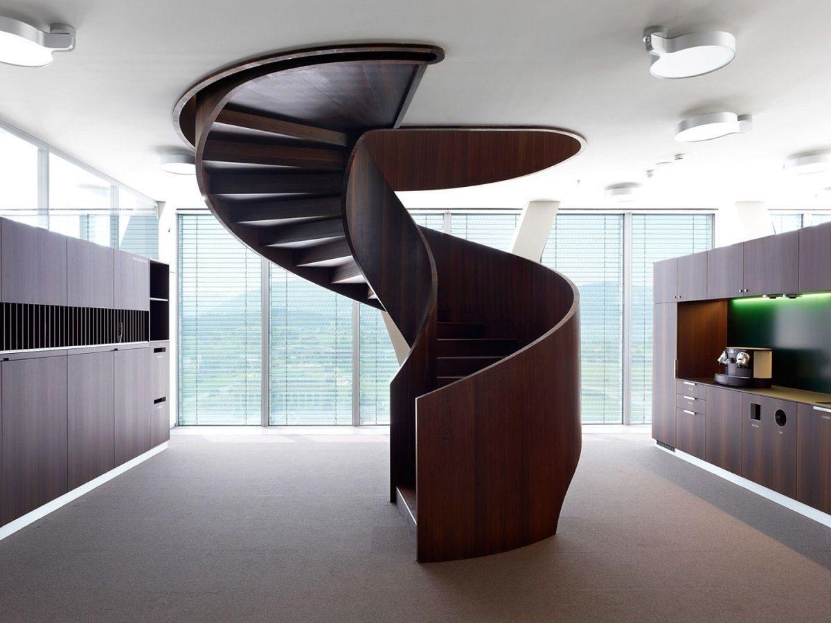 Стильная деревянная винтовая лестница в квартире