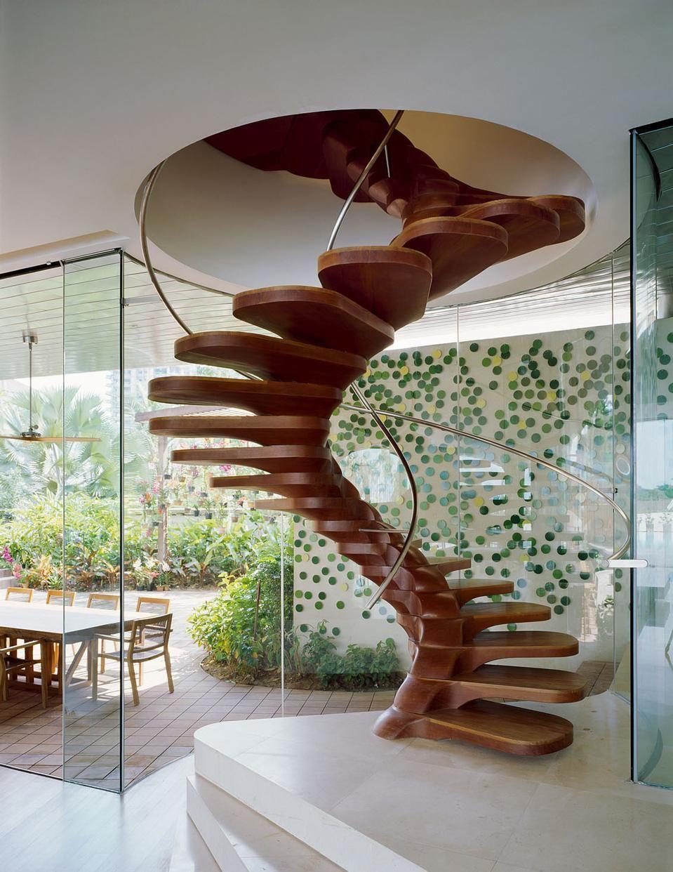 Деревянная оригинальна винтовая лестница