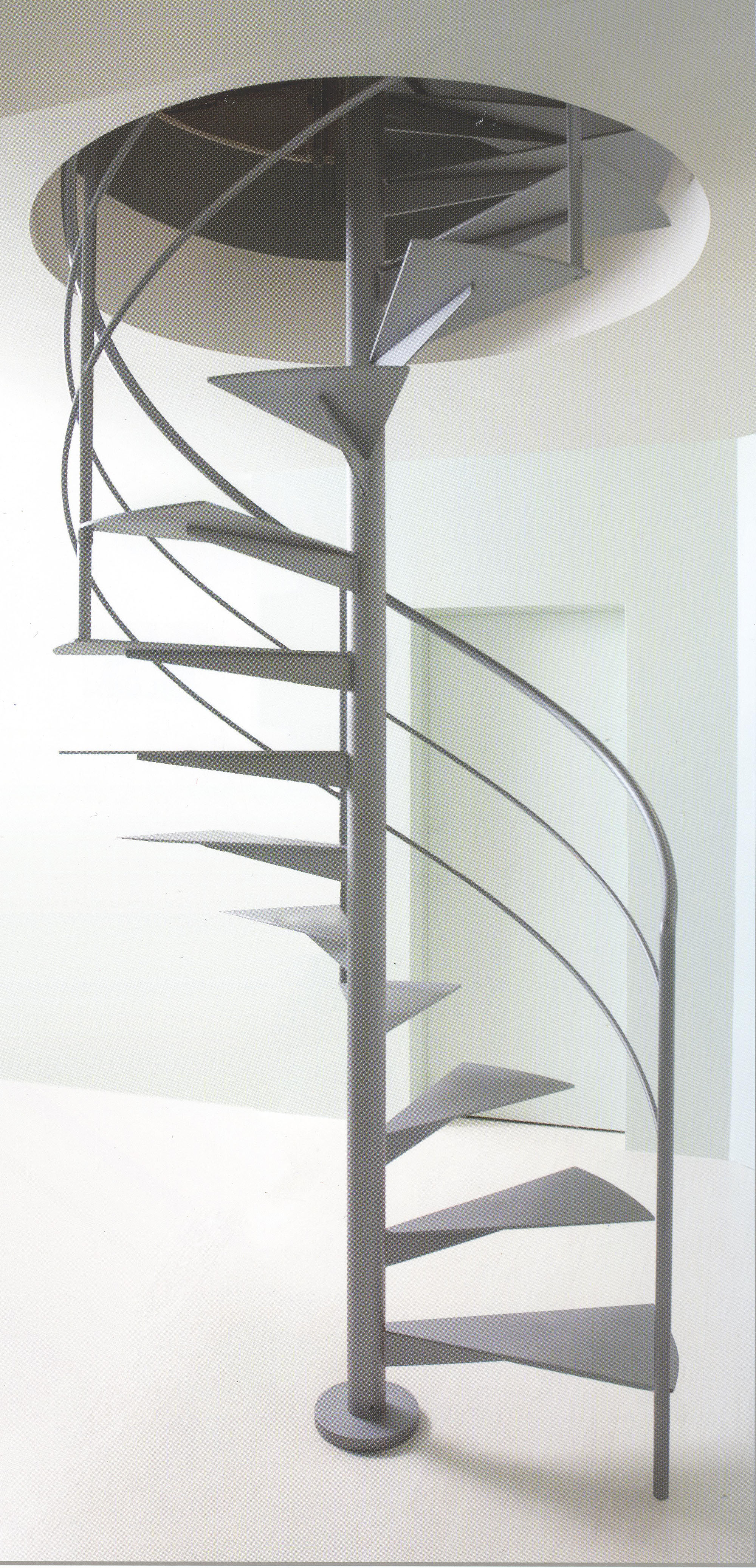 Серая металлическая винтовая лестница