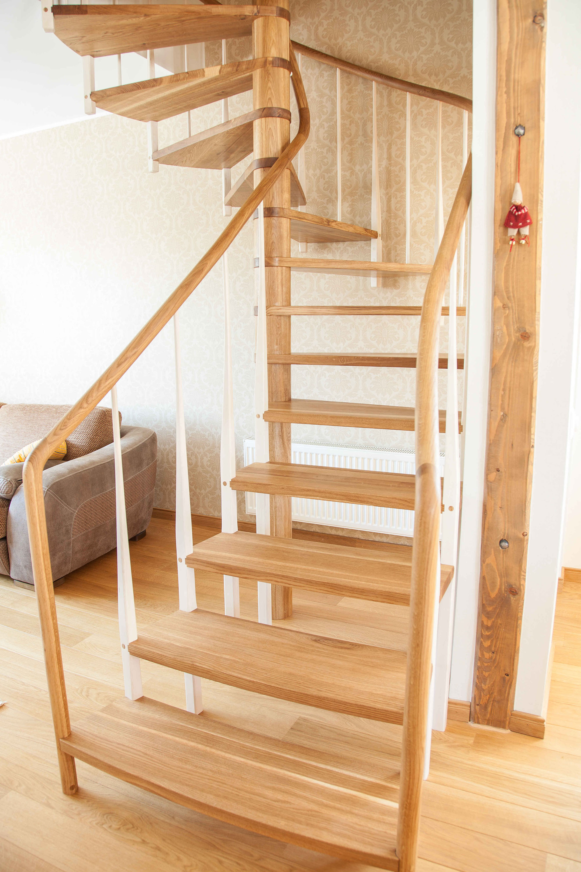 Красивая деревянная винтовая лестница