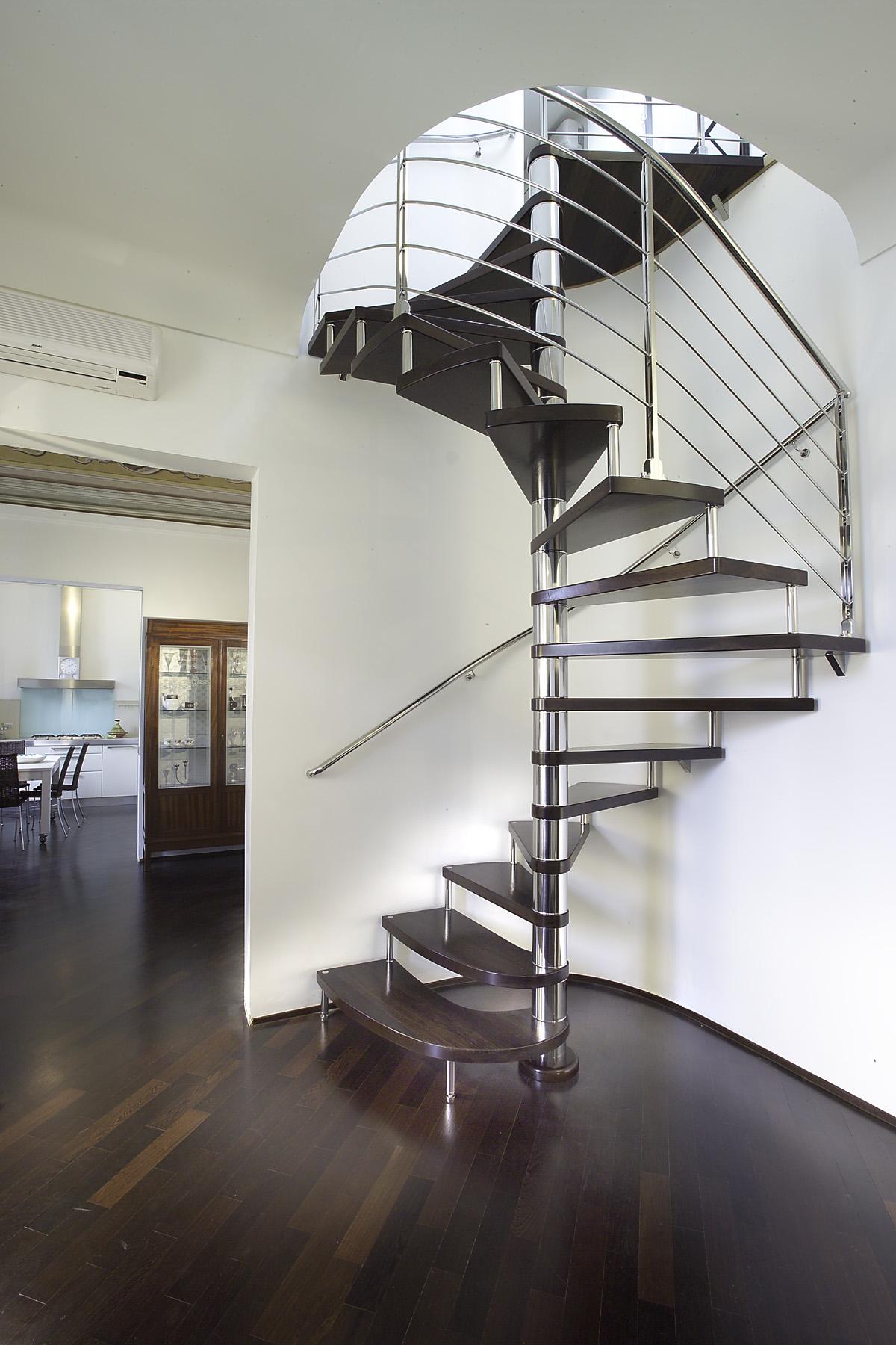 Компактная винтовая лестница в доме
