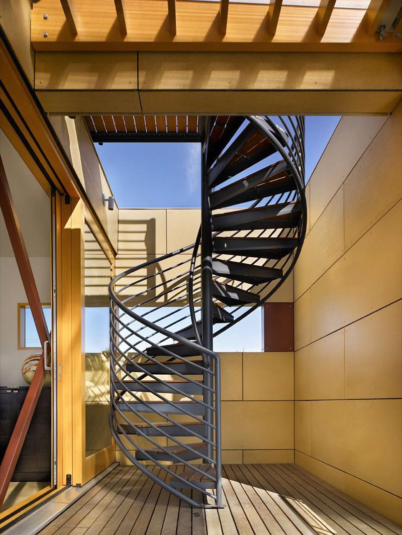 Черно-коричневая винтовая лестница