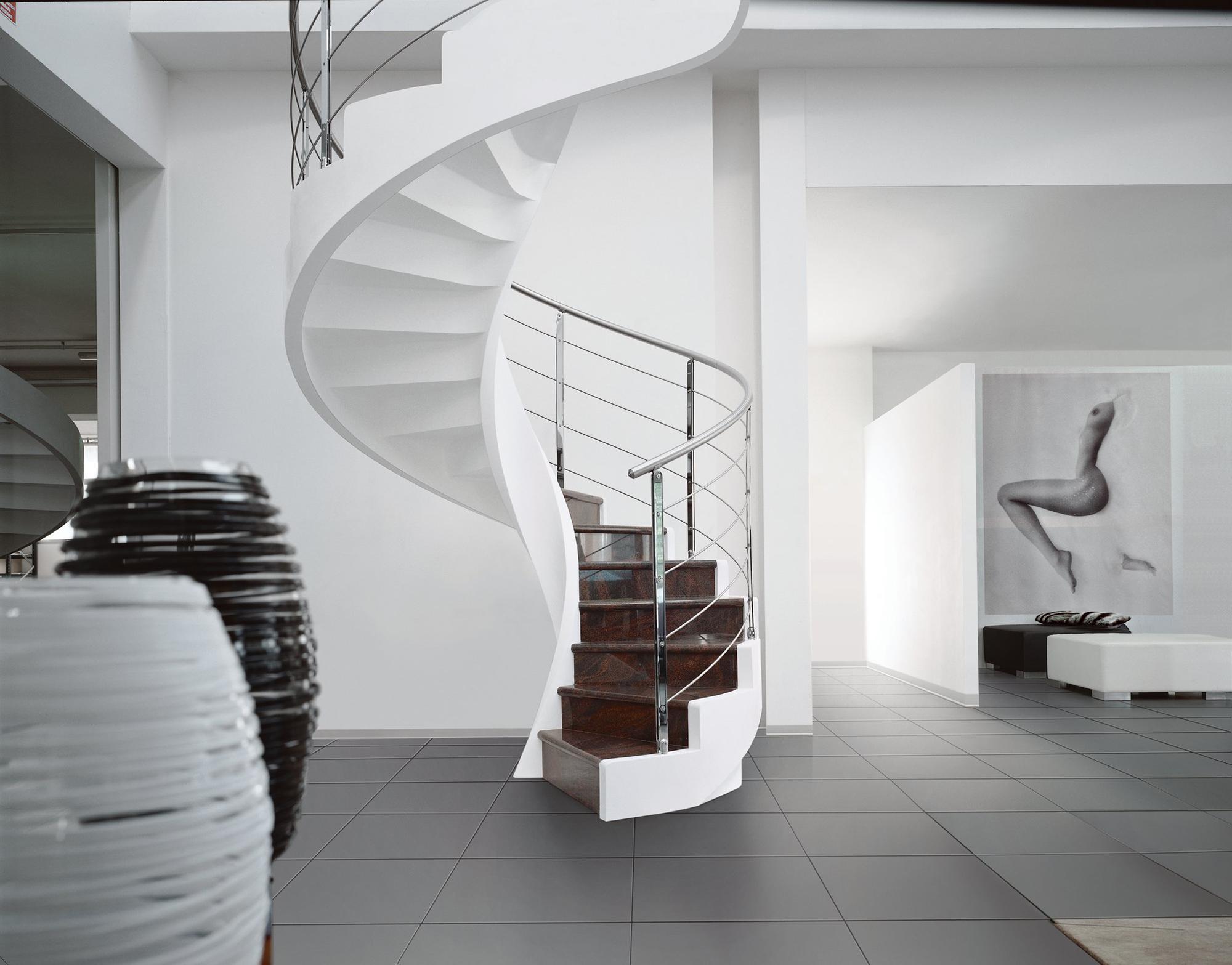 Бело-коричневая винтовая лестница в интерьере