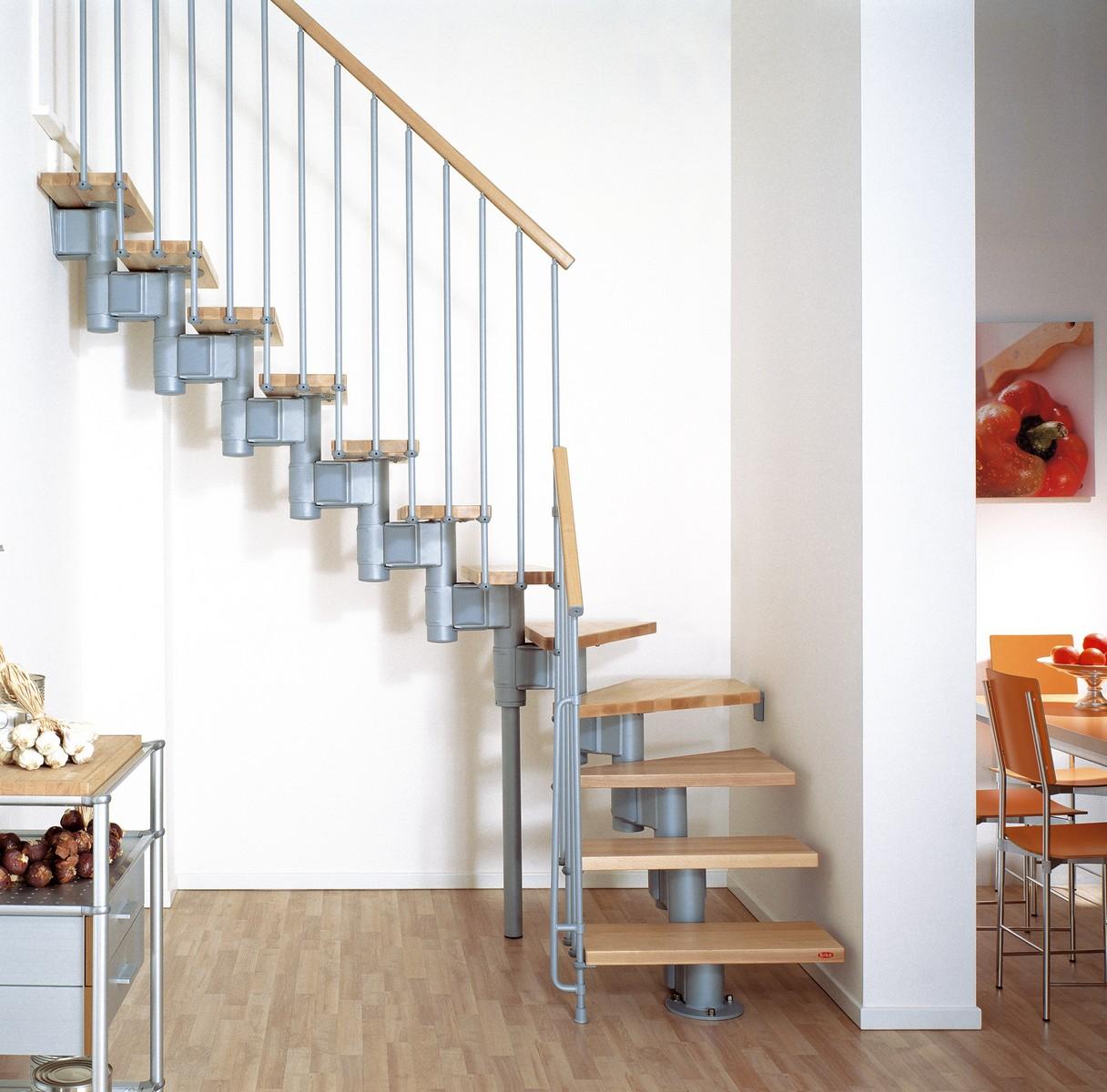 Красивая винтовая лестница в интерьере дома