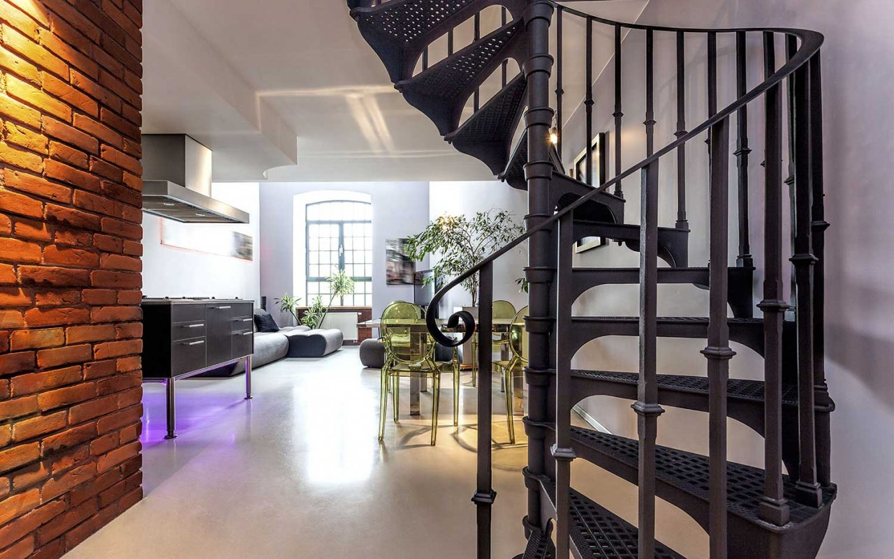 Черная металлическая винтовая лестница в доме