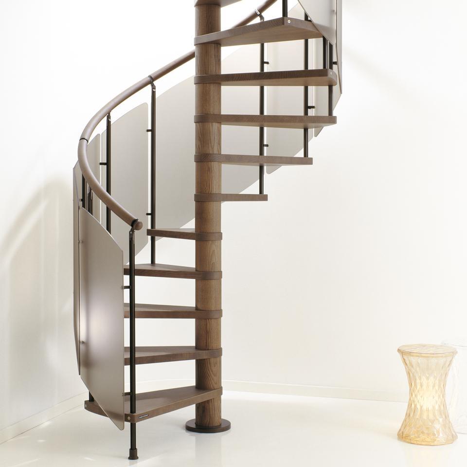 Винтовая лестница из дерева и матового стекла