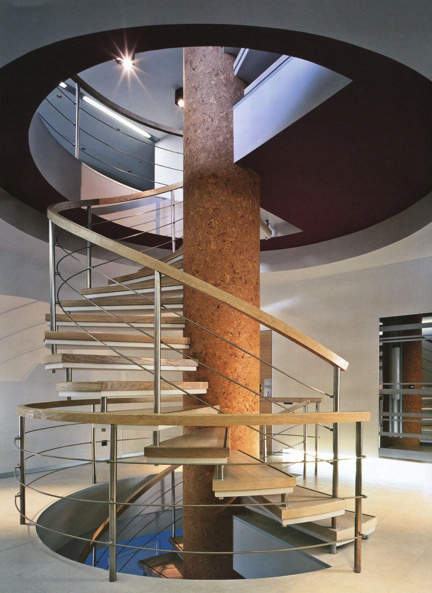 Красивая винтовая лестница между этажами