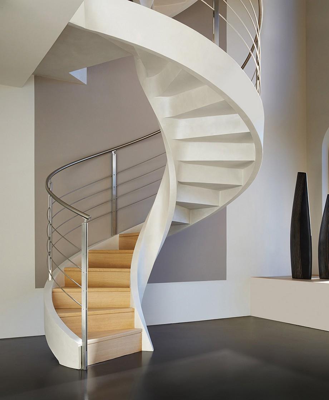 Бело-бежевая современная винтовая лестница