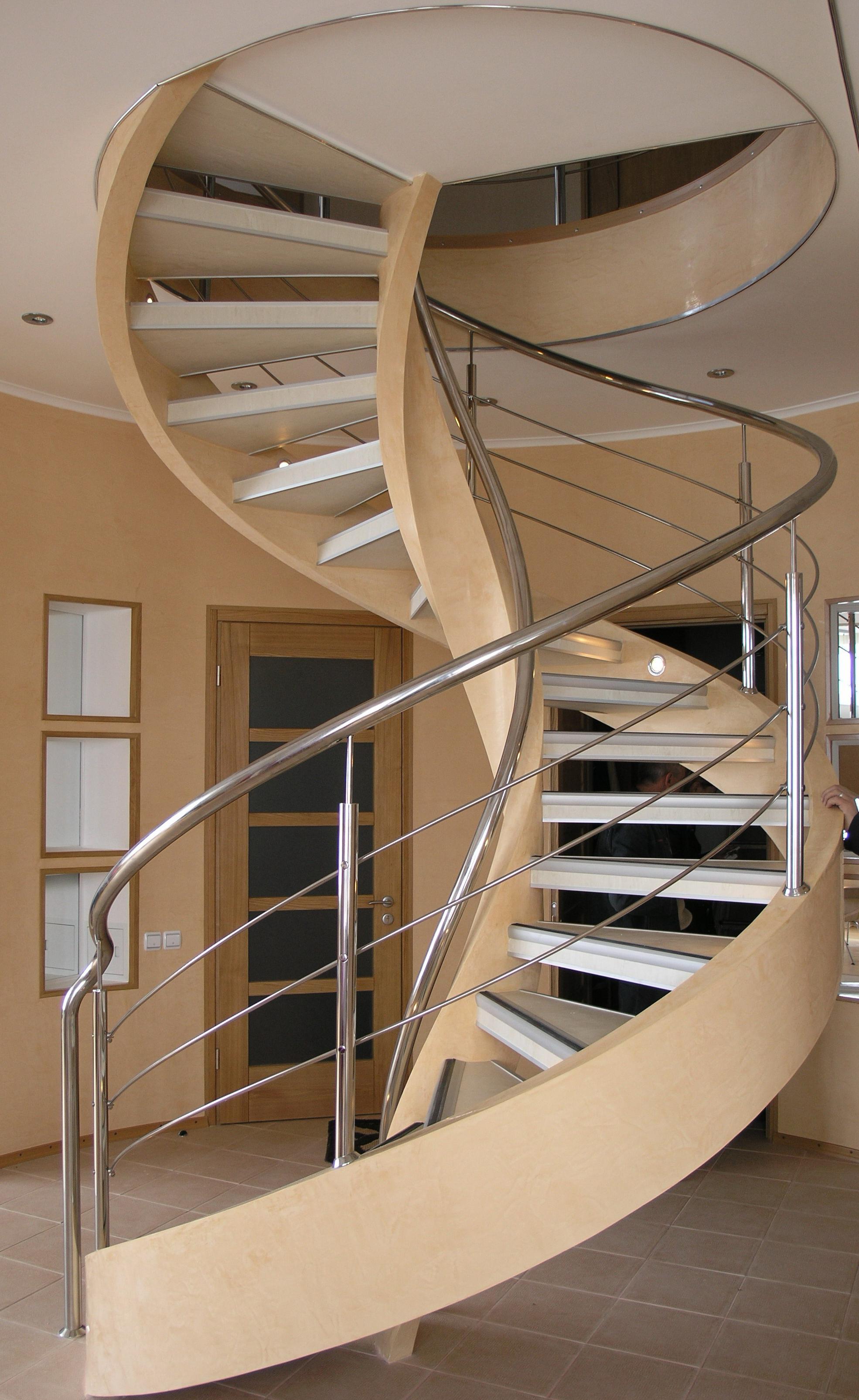 Винтовая лестница из дерева и металла