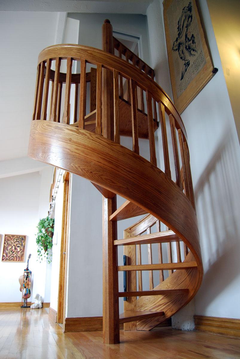 Деревянная винтовая лестница в доме