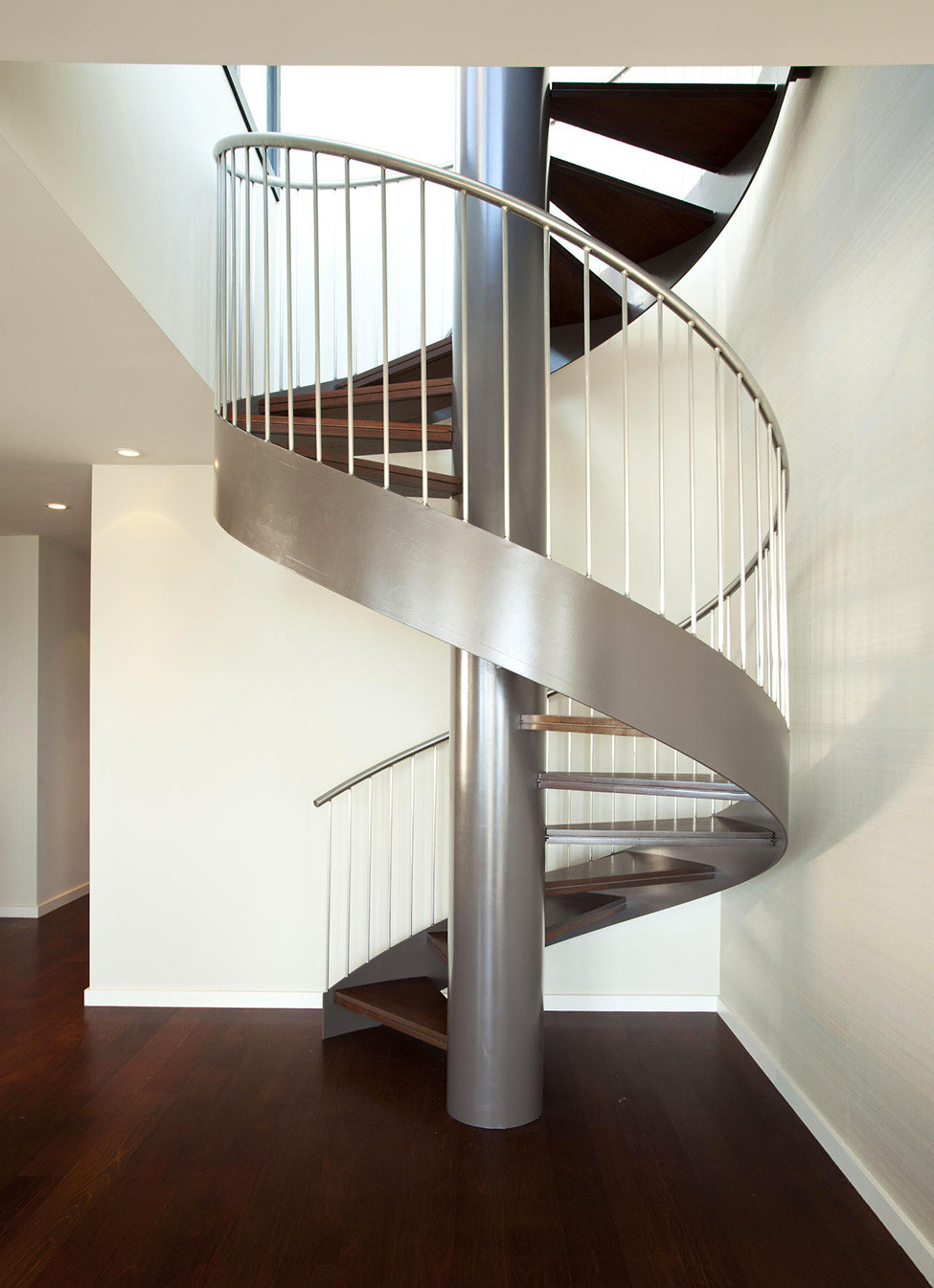 Серебристо-коричневая винтовая лестница