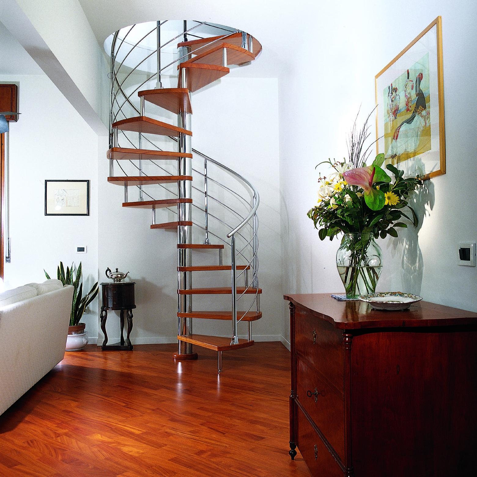 Небольшая винтовая лестница из дерева и металла