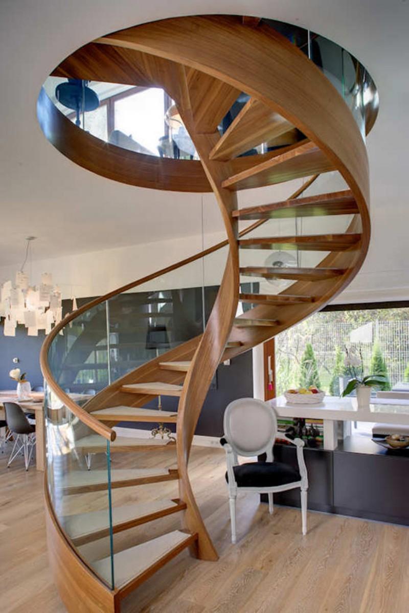 Винтовая лестница из дерева и стекла