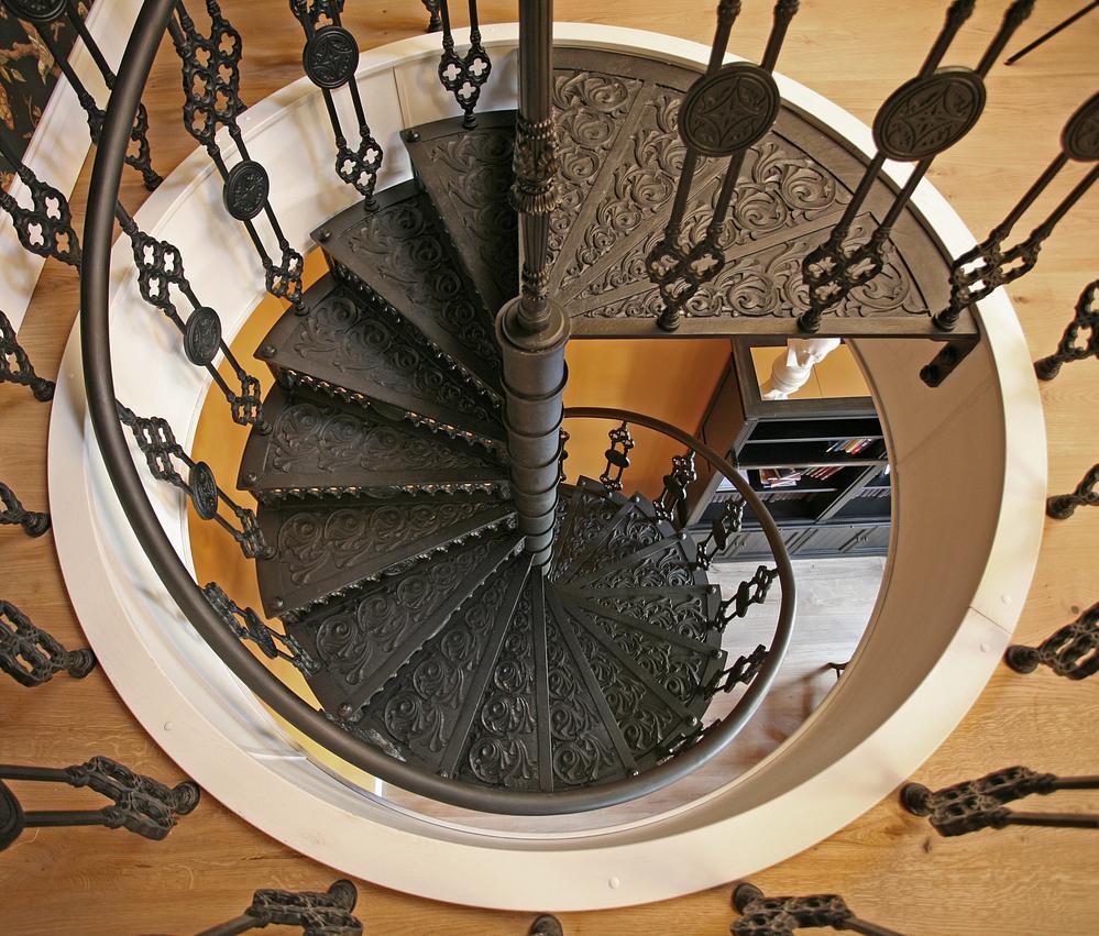 Металличская винтовая лестница с коваными элементами