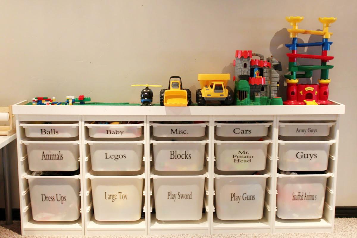 Стеллаж с пластиковыми ящиками для игрушек