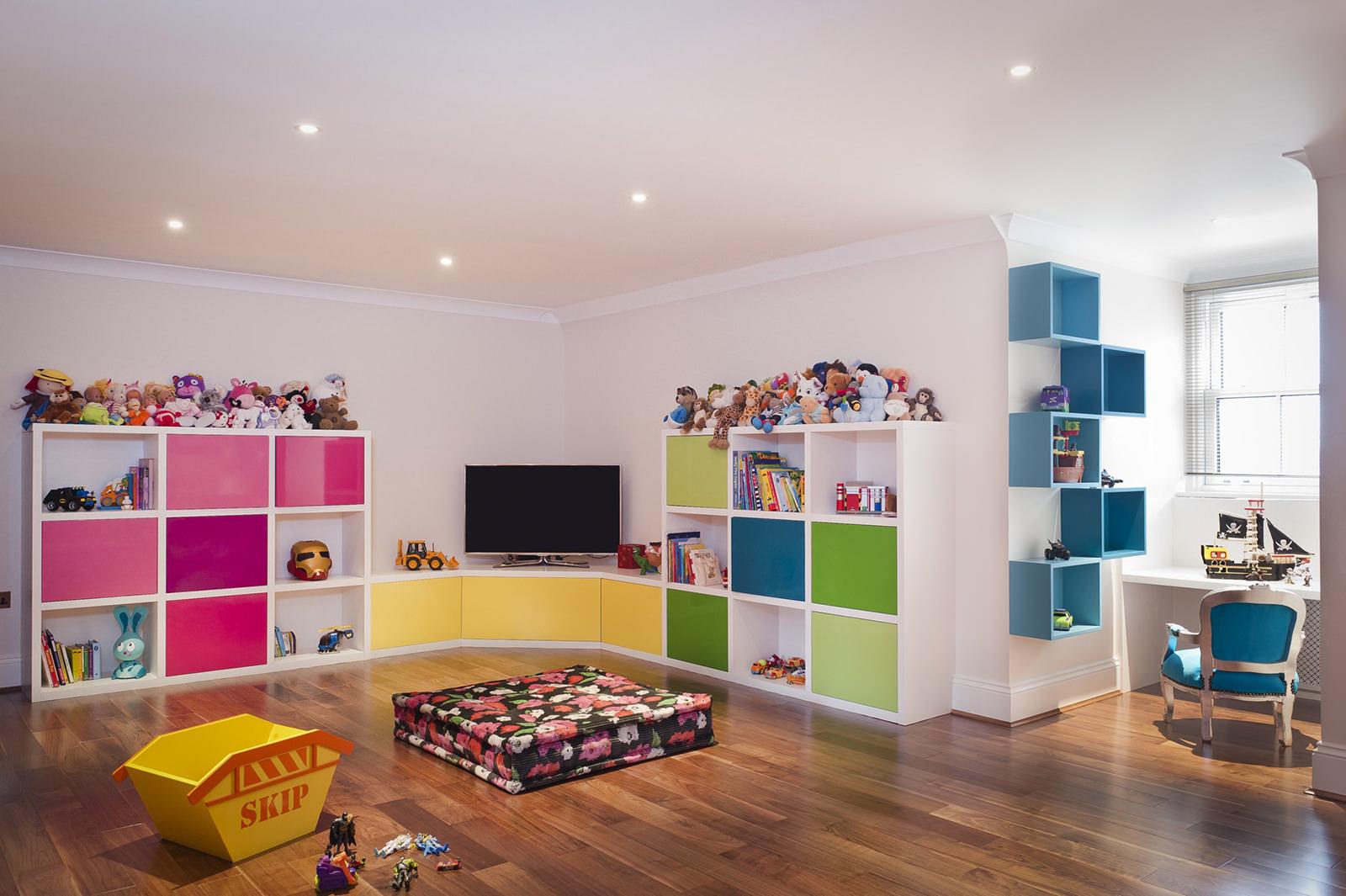 Большой стеллаж для игрушек в детской