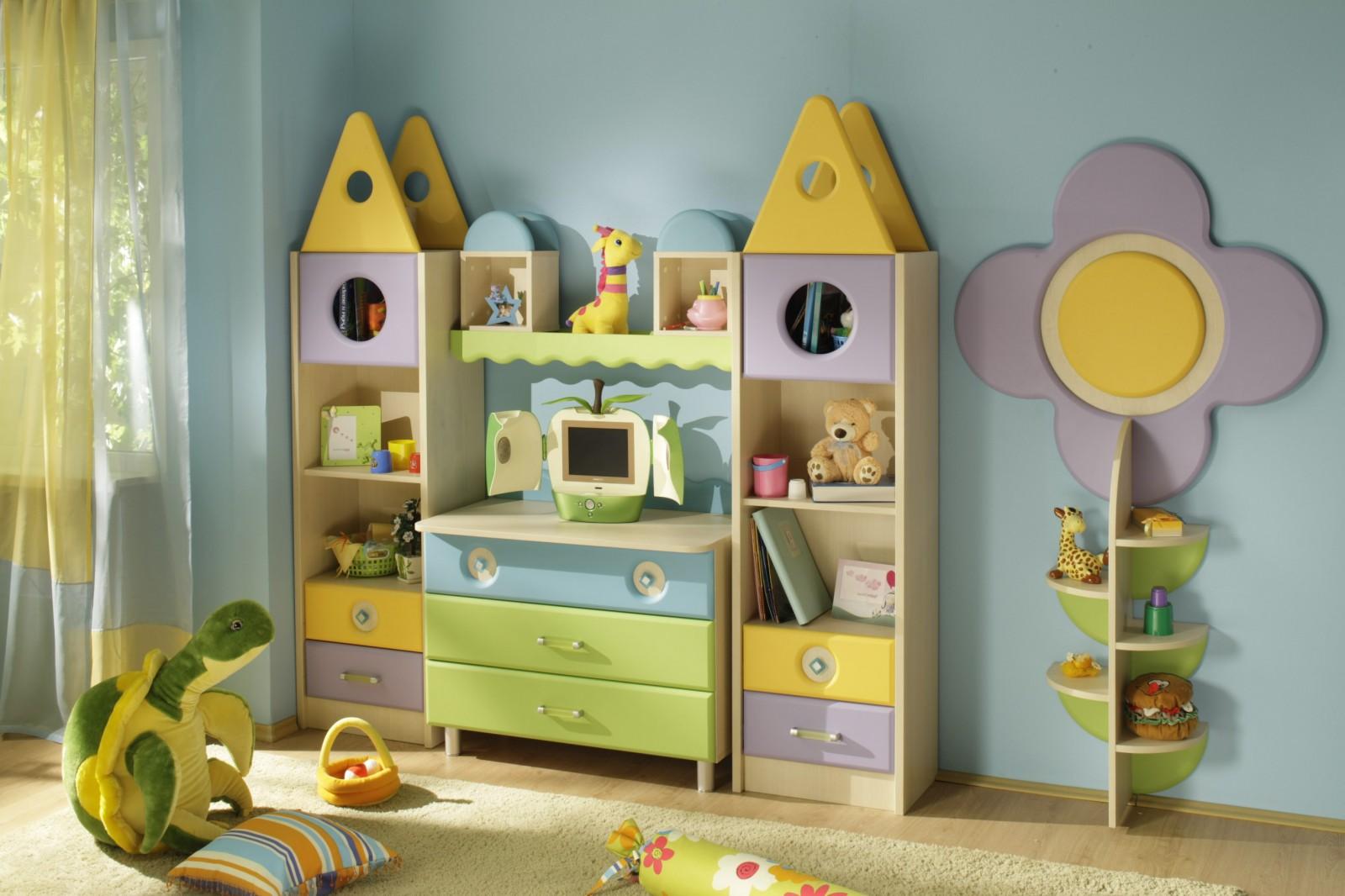 Небольшой шкаф для хранения в детской