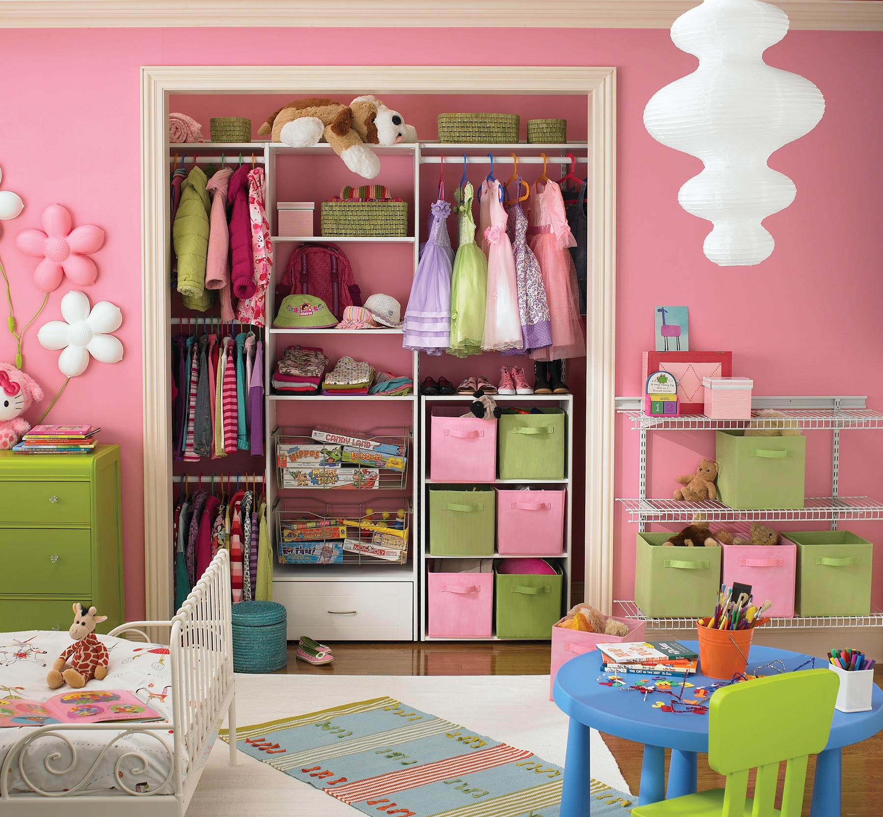 Розово-зеленая система хранения в детской