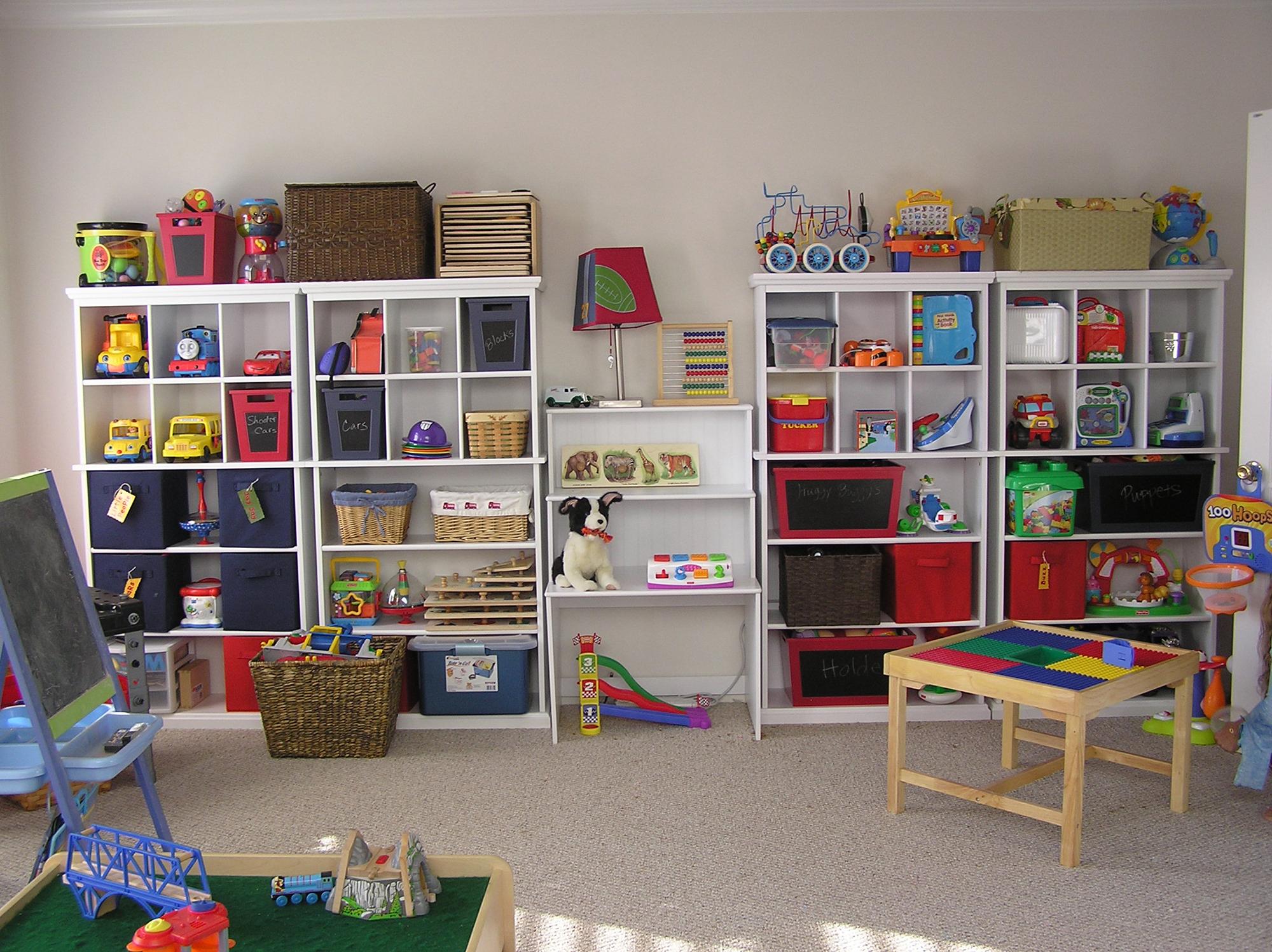 Большие стеллажи для хранения в детской