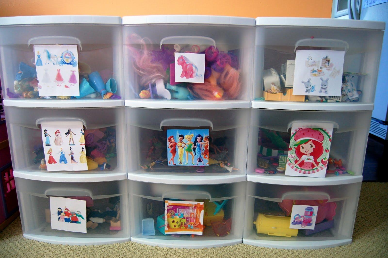 Пластиковые контейнеры для хранения игрушек в детской