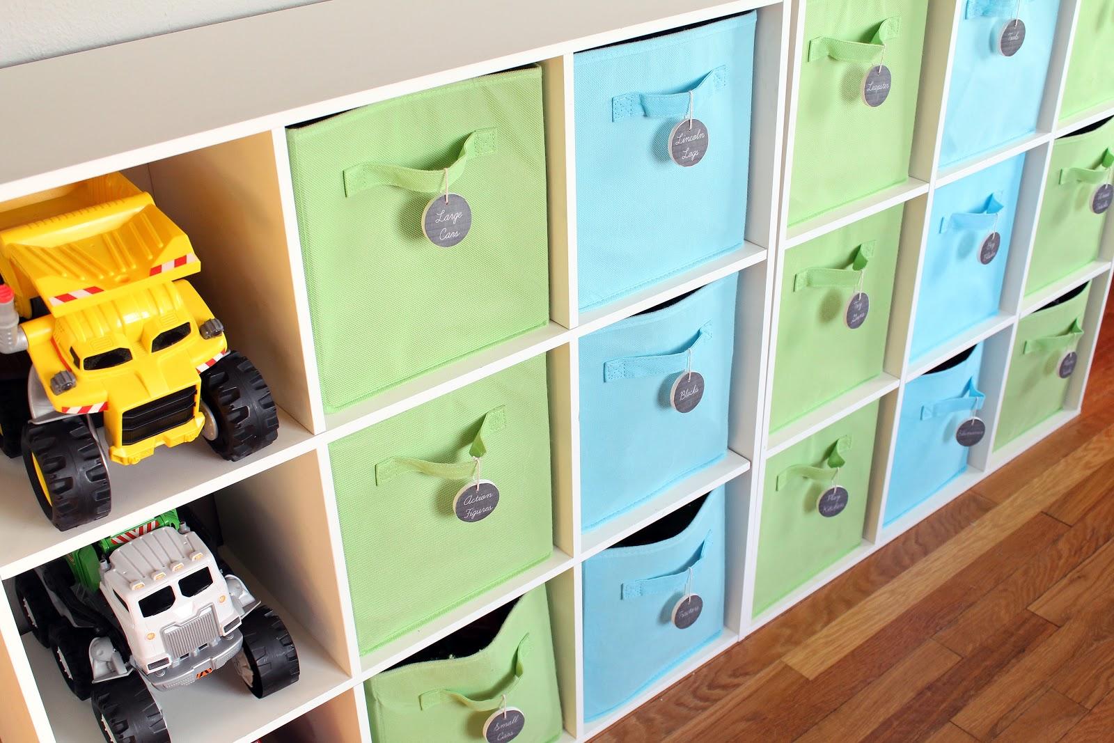 Зеленые и голубые корзинки в стеллаже