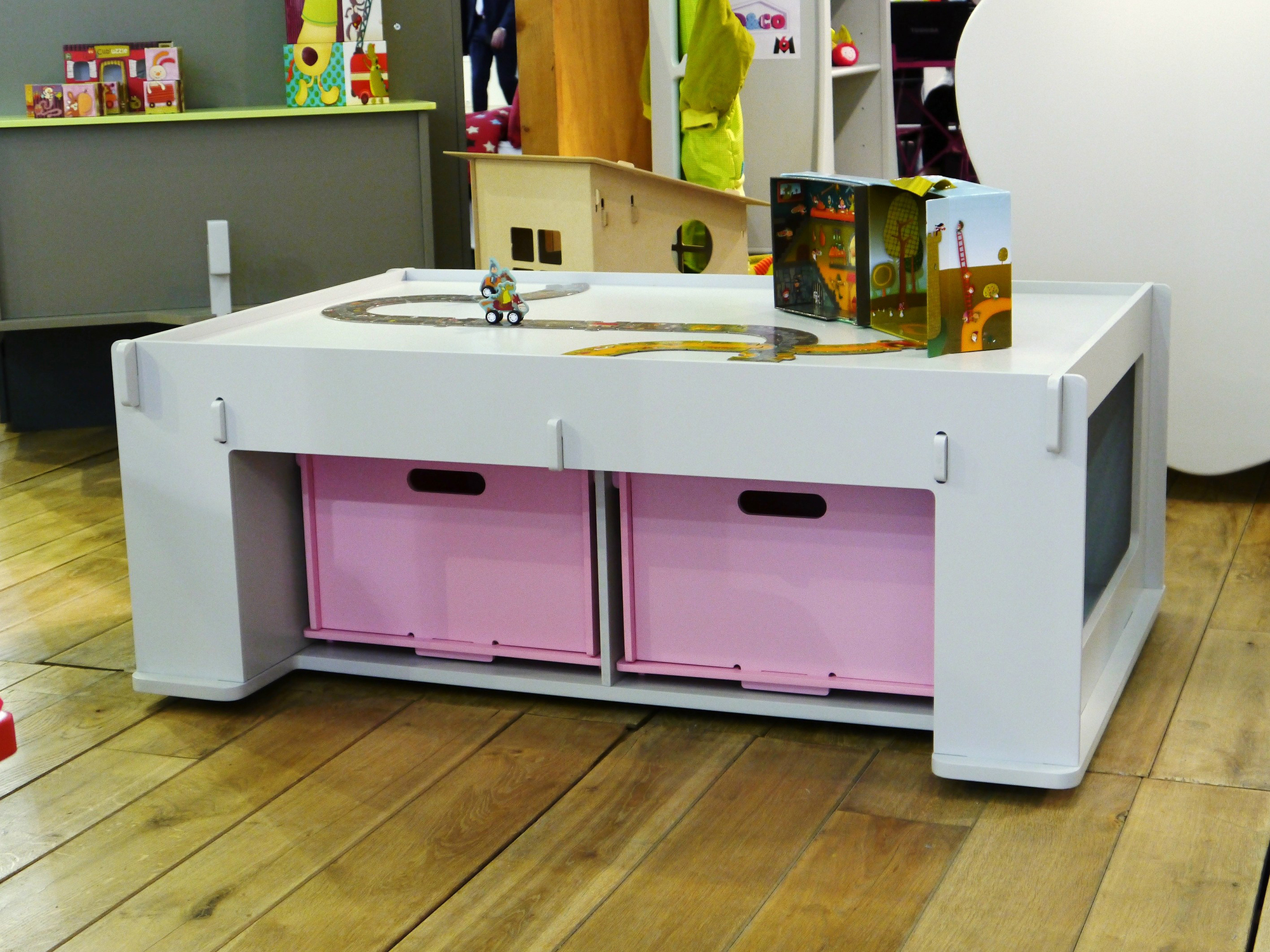 Ящики под столом в детской для хранения