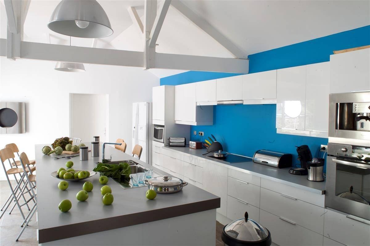 Кухня в голубых тонах яркая