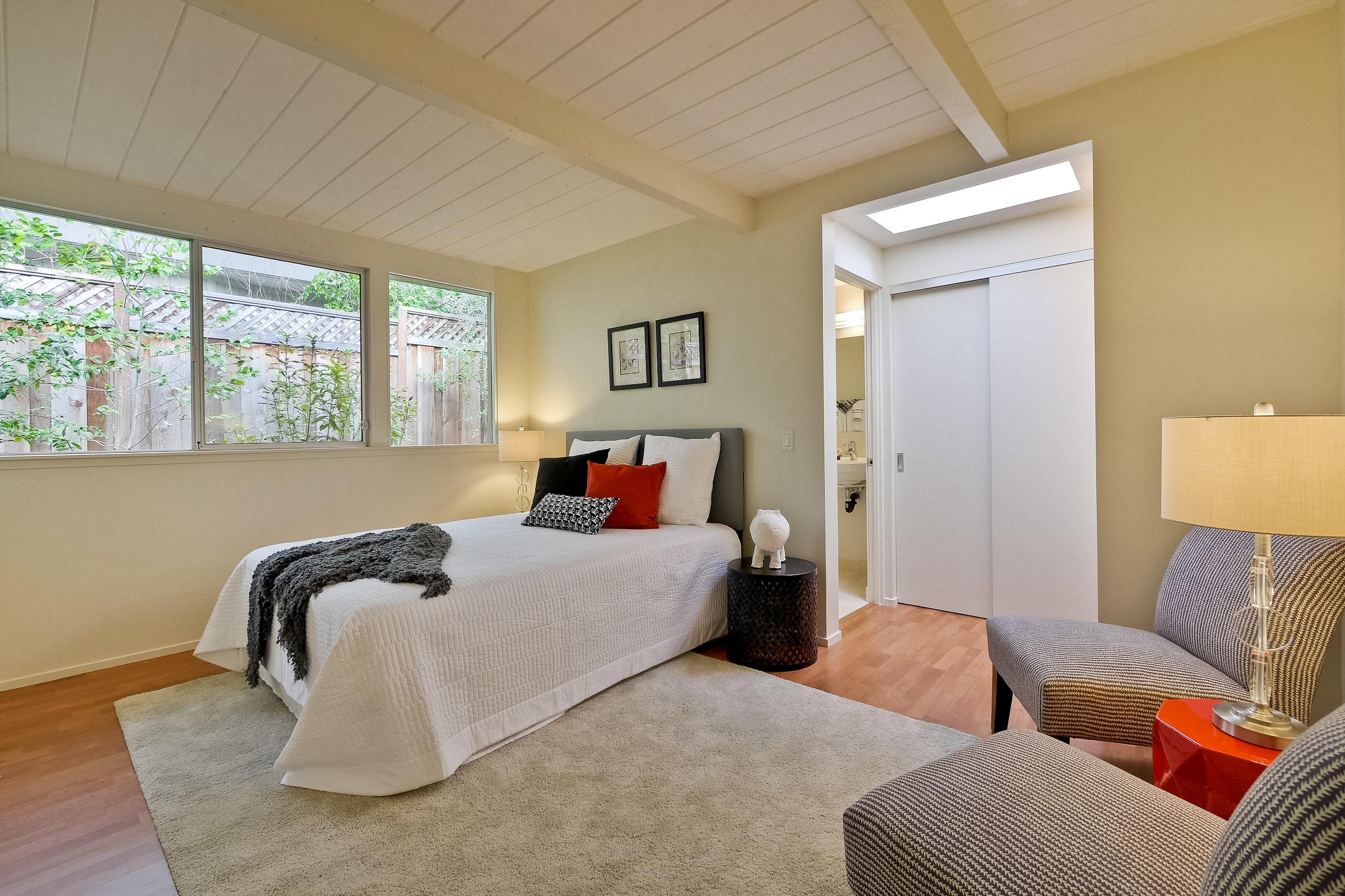 Дизайн спальни 18 кв м в загородном доме