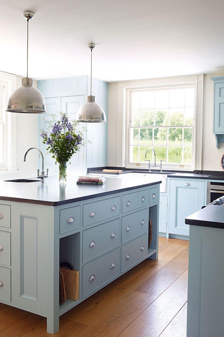 Кухня в голубых тонах в загородном доме