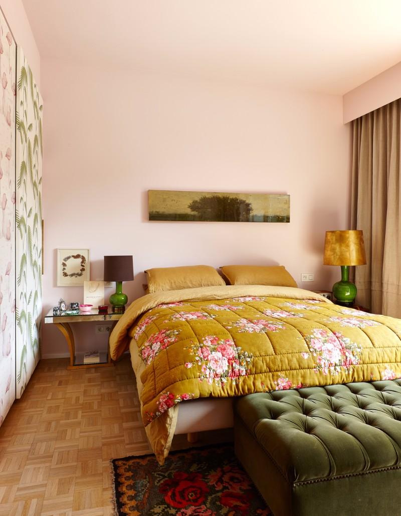 Дизайн спальни 18 кв м с золотыми акцентами