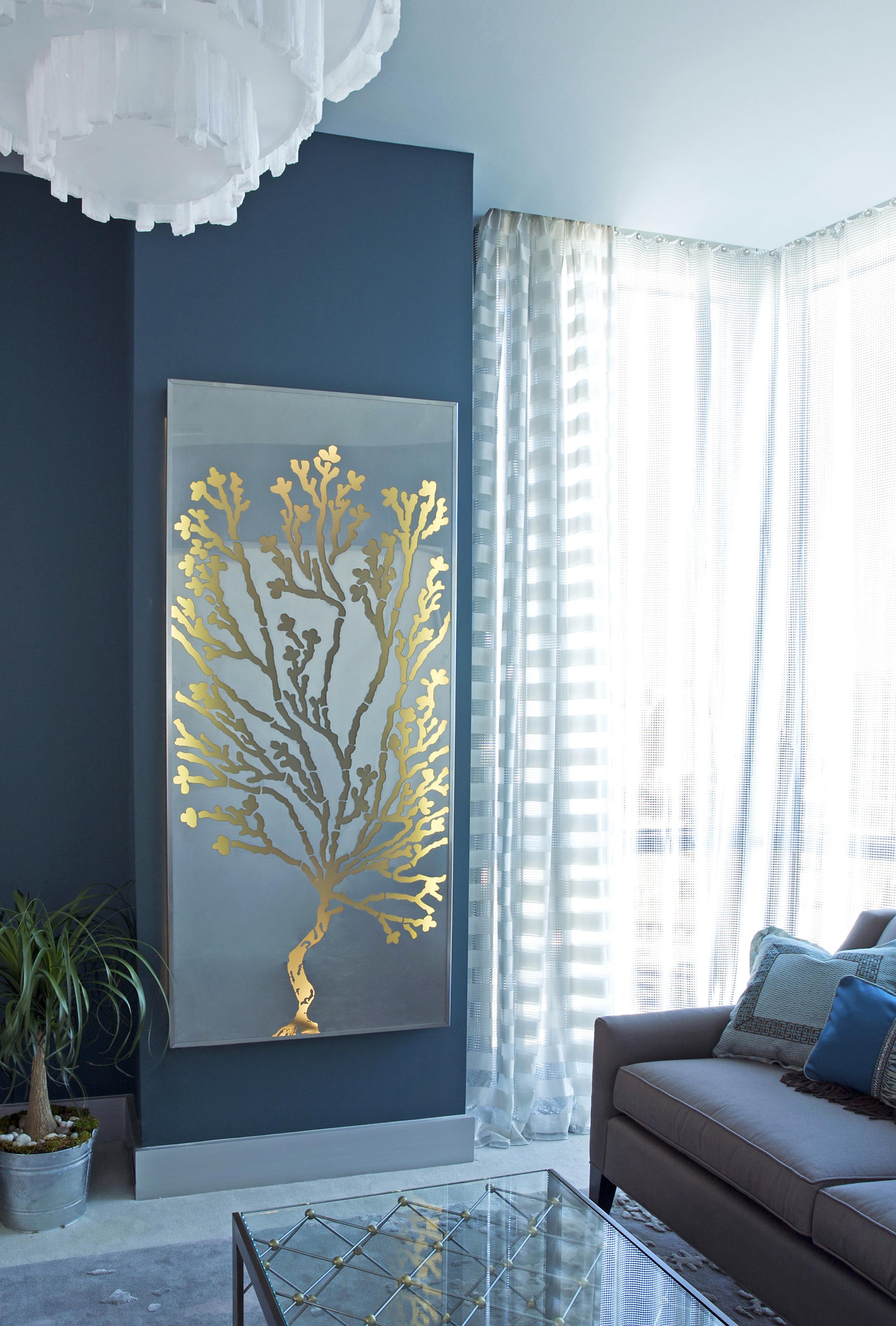 Голубая гостиная с золотым декором
