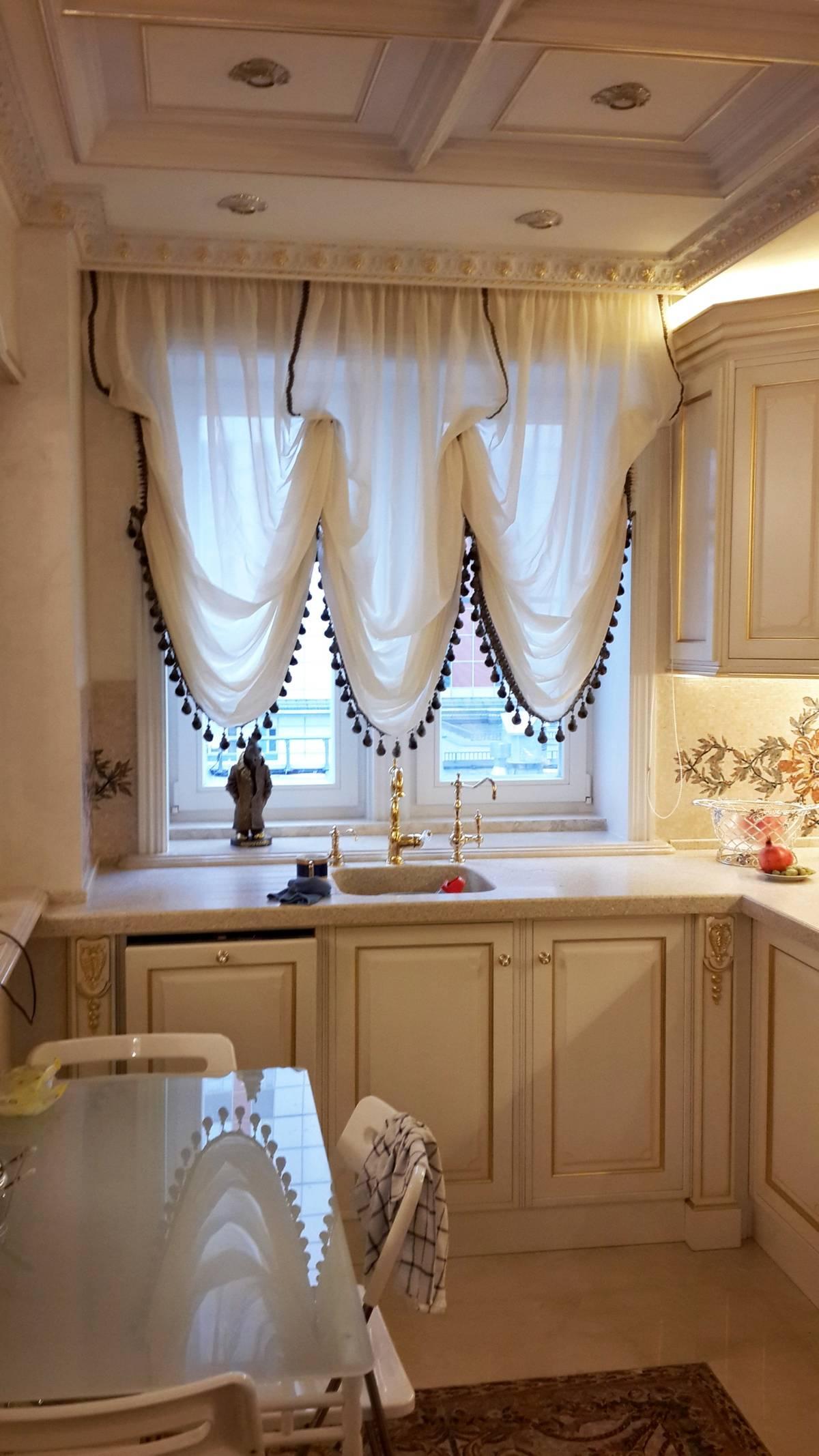 Черно-белые австрийские шторы на кухне