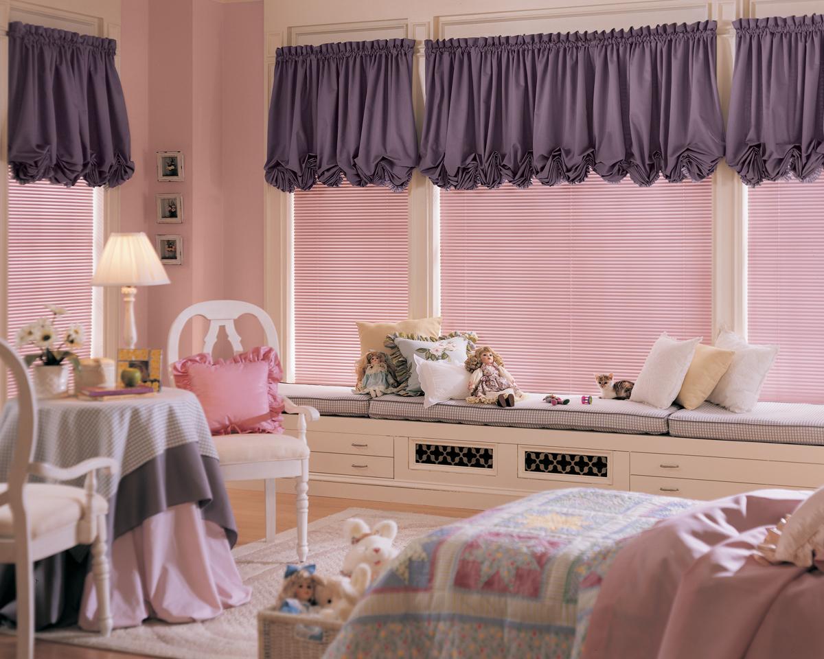 Фиолетовые австрийские шторы в детской