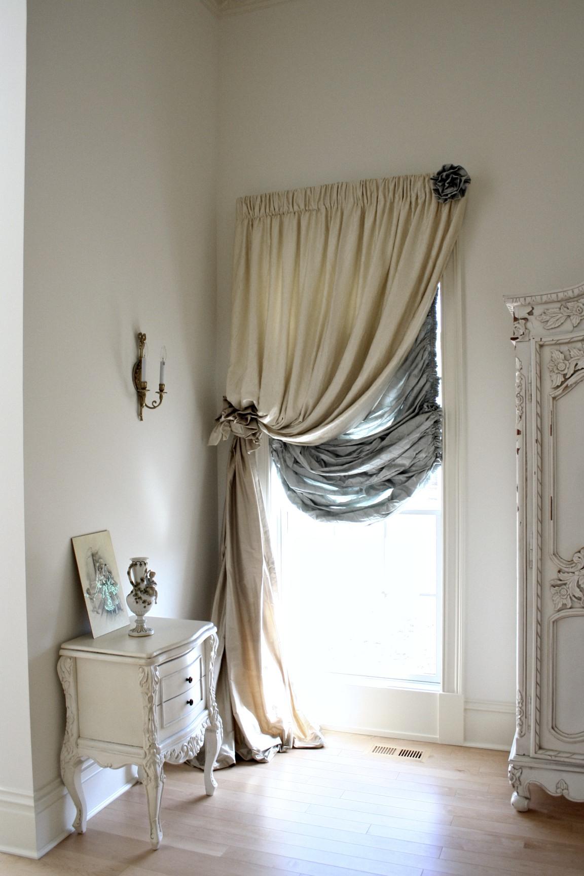Австрийские шторы в спальной комнате