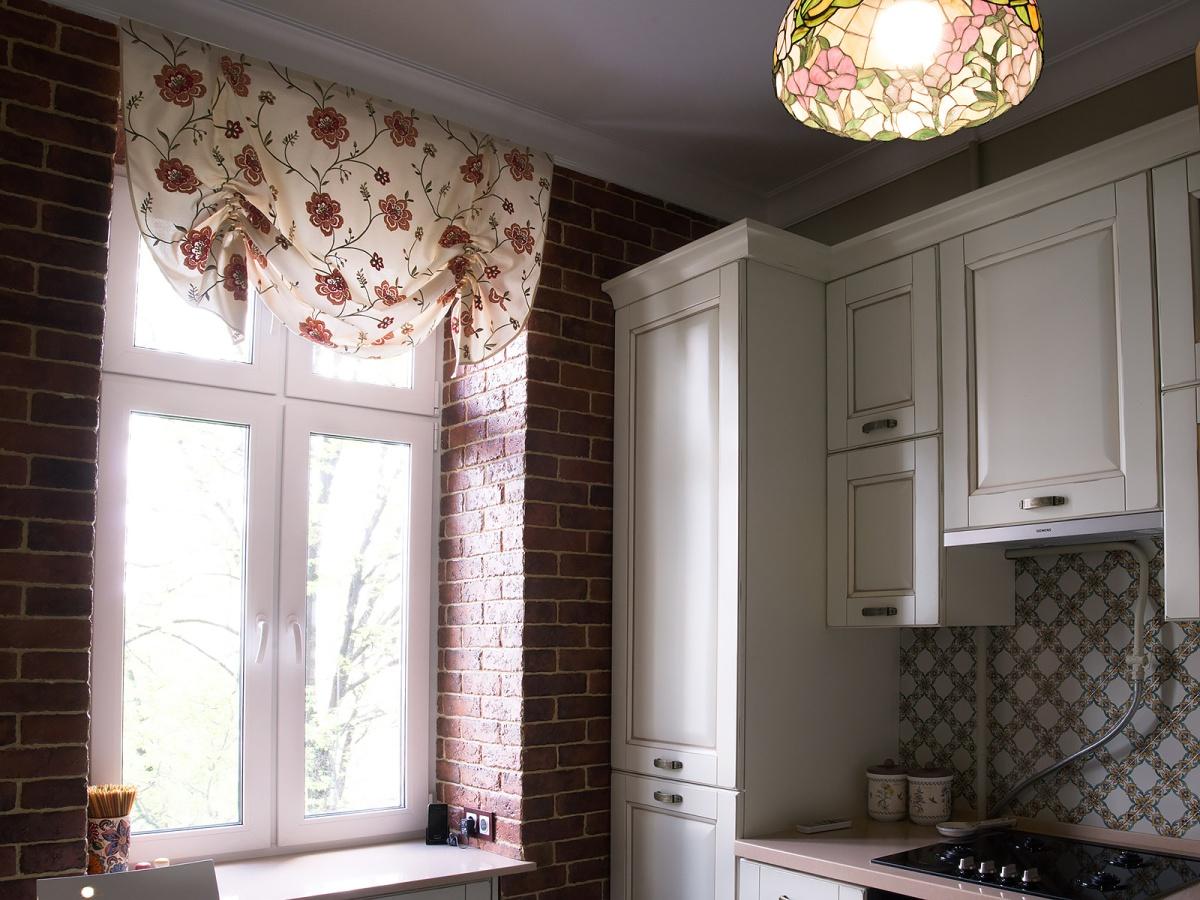 Австрийские шторы с цветочным узором на кухне
