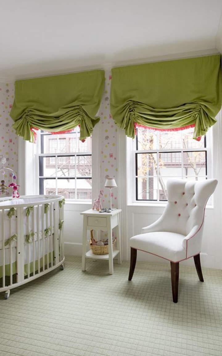 Зеленые австрийские шторы в дизайне детской