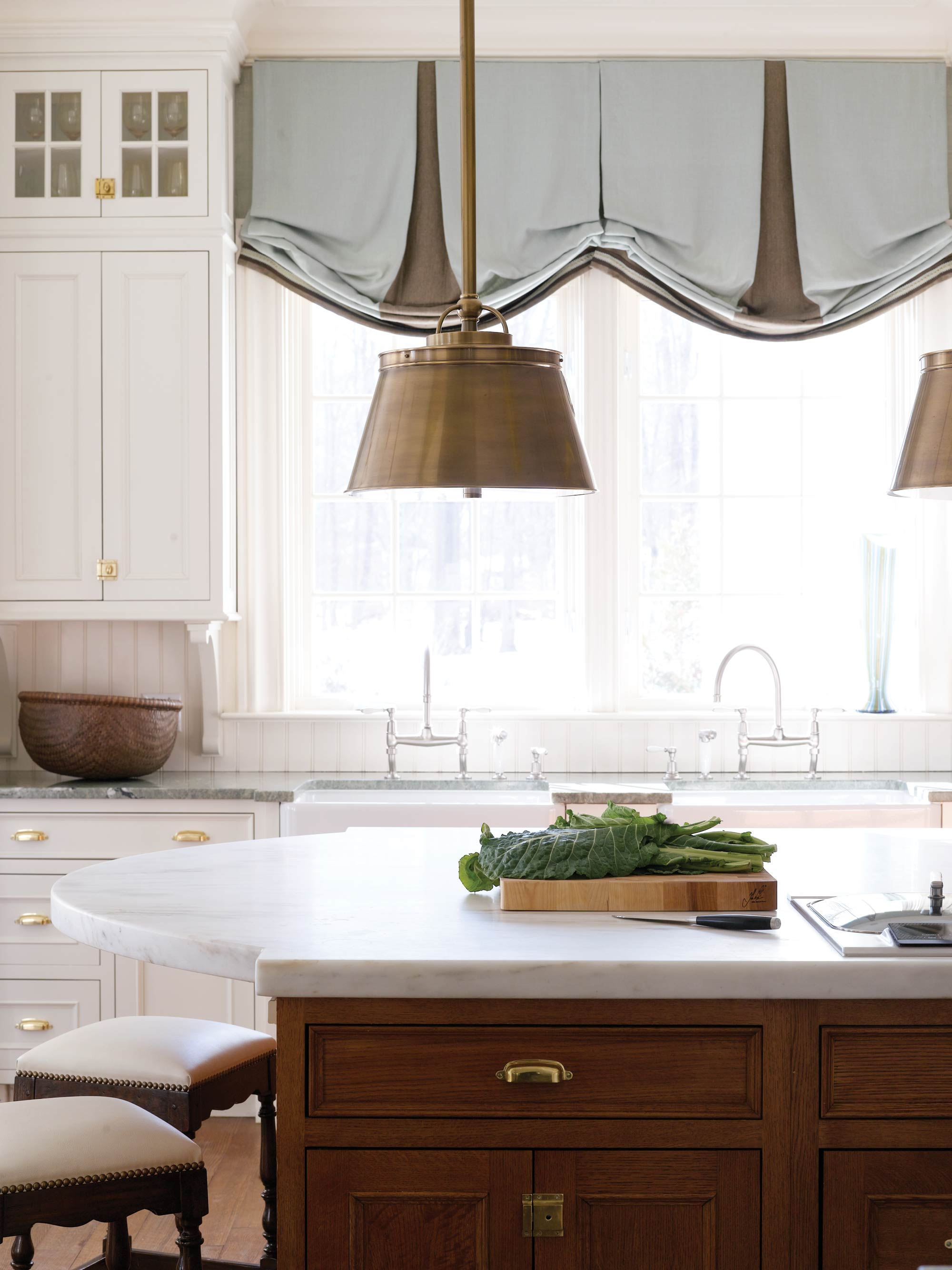 Коричнево-голубые австрийские шторы на кухне