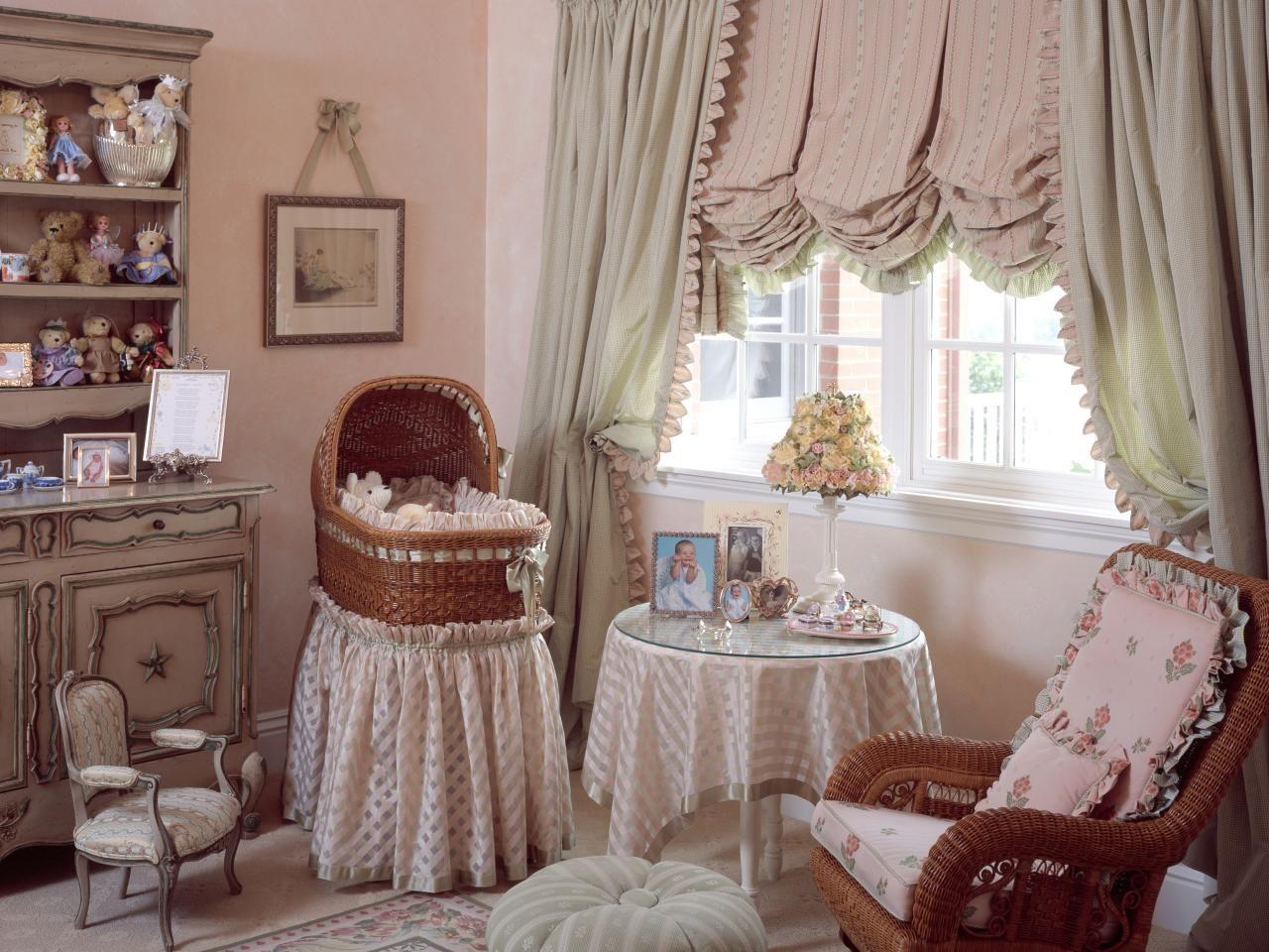 Розово-зеленые австрийские шторы в дизайне детской