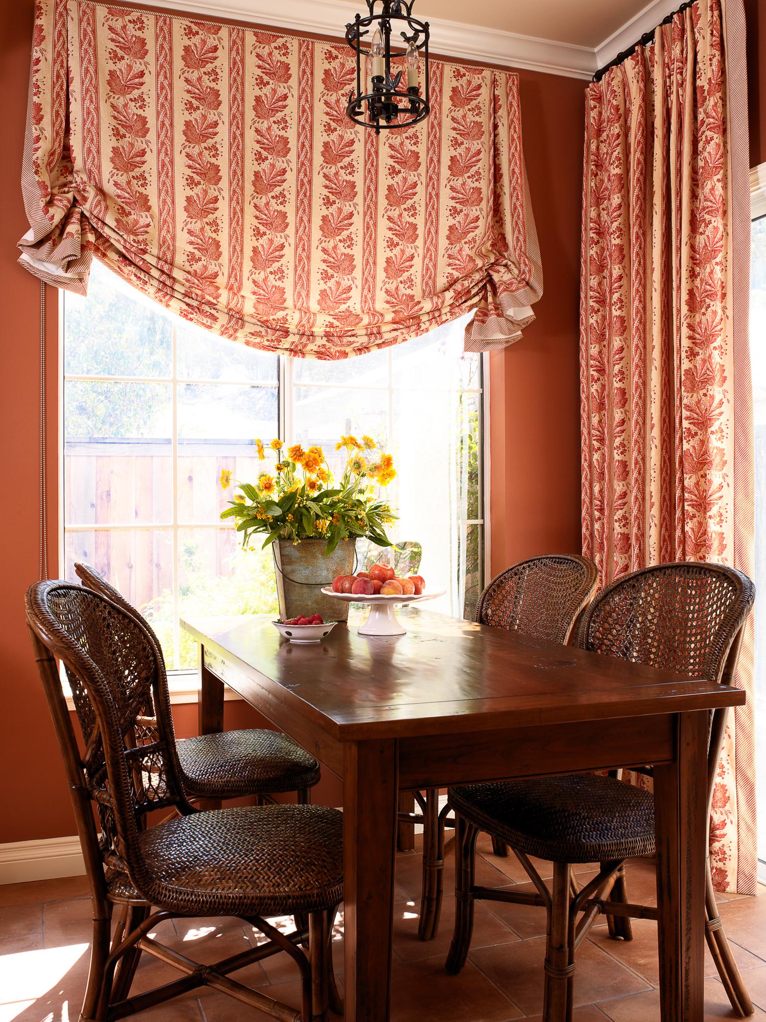 Бежево-красные австрийские шторы в интерьере столовой