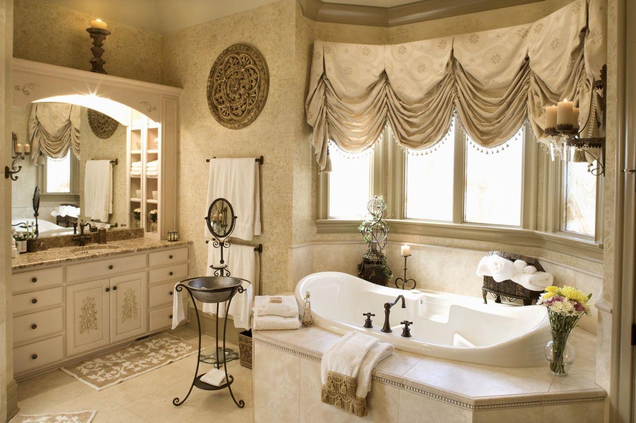 Кремовые австрийские шторы в ванной